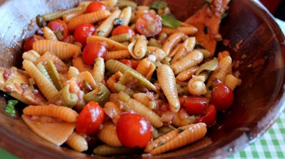 Ensalada de pasta con tomate cherry, cebolla y albahaca