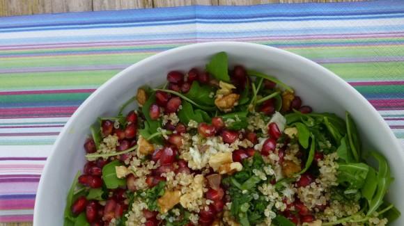 Ensalada de rúcula, quinoa, granada y queso gorgonzola