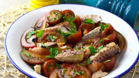 Ensalada de tomates, caballa y ajo negro