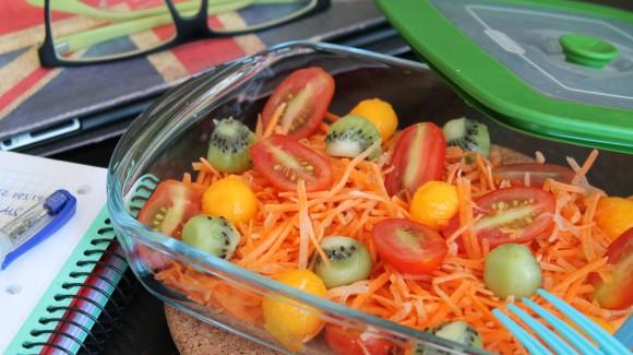 Ensalada de zanahorias, cherry y bolitas de kiwi y mango
