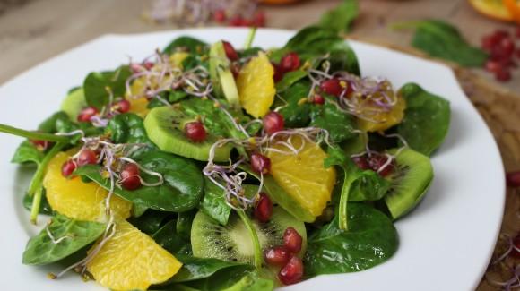 Ensalada detox con fruta y germinados