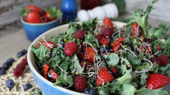 Ensalada de frutos rojos, kale y germinados