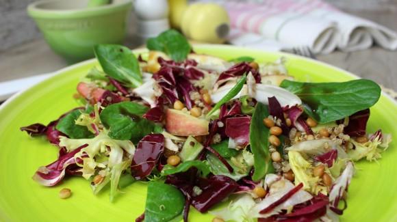 Ensalada de brotes, lentejas, quinoa y manzana