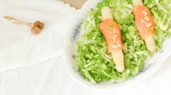 Leichter Salat mit Spargel und Lachs