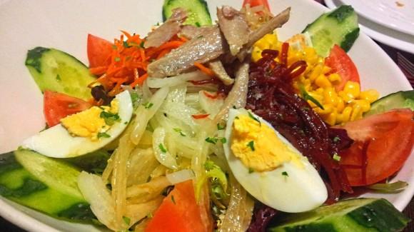 La façon dont nous mangeons en Espagne. Du Salading à l'espagnole.