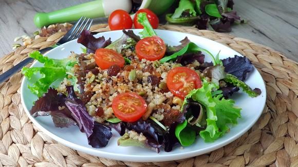 Ensalada de brotes tiernos y espinacas con quinoa y semillas