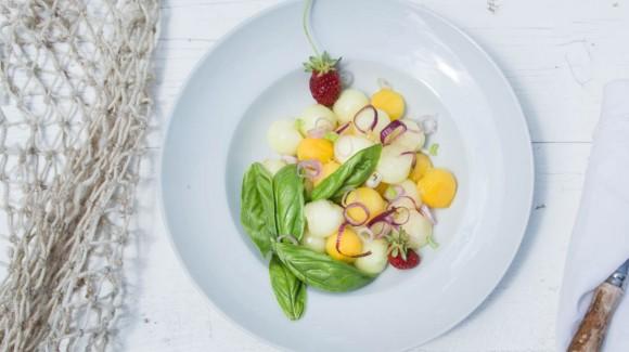 Ensalada refrescante de frutas y albahaca