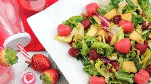 Ensalada de brotes tiernos y corazones de fresa para San Valentín