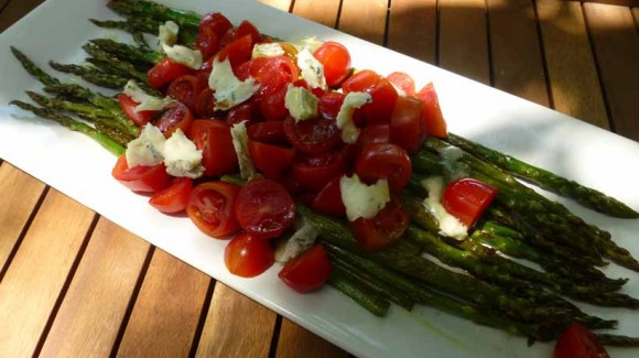 Warm salad of green asparagus, cherry tomatoes and blue cheese