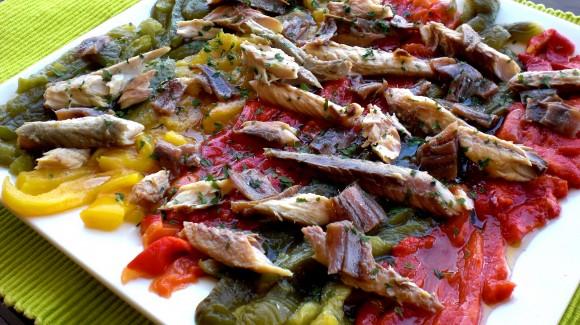Ensalada tricolor de pimientos asados, caballa y anchoas
