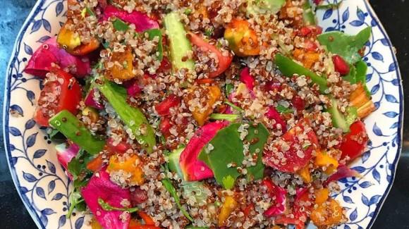 Ensalada de quinoa y rosas