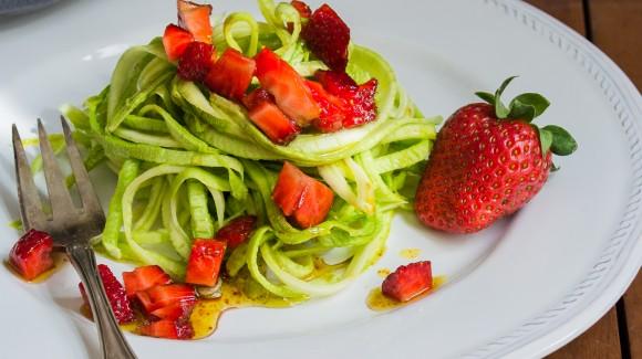 Espaguetis de calabacín y fresas