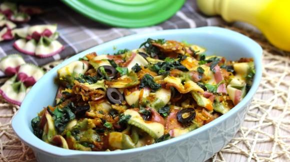 Tricolor-Pasta mit Gemüse und Basilikum