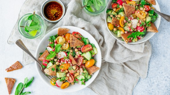 Fattoushsalade met radijsjes, granaatappel en kikkererwten