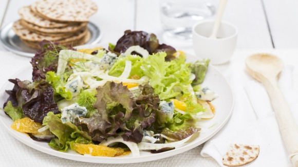 Oakleaf, fennel and orange salad with blue cheese