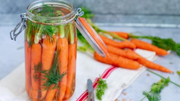 Gefermenteerde wortels met dille en mosterdzaad