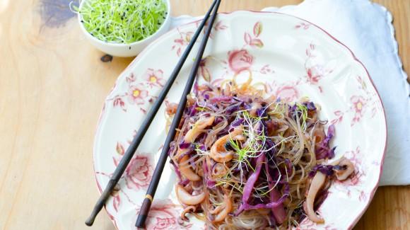Fideos de arroz, lombarda, germinados y calamar