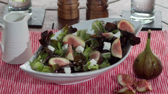 Fig salad with feta and oakleaf lettuce
