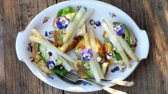 Gepofte aardappel met asperges, avocado en kruidenmayo
