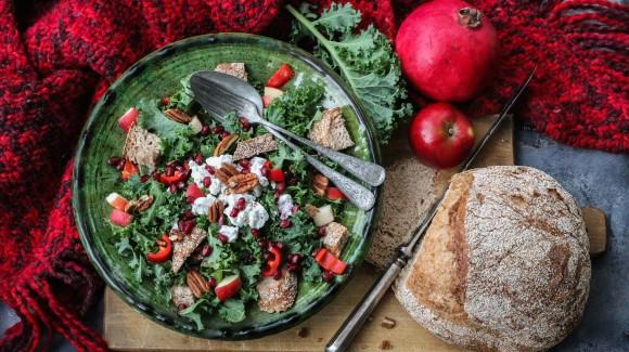 Grünkohlsalat mit Apfel, Paprika, Pekannüssen, Ziegenkäse und Granatapfelkernen