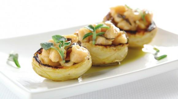 Artischocken, gefüllt mit Gnocchi in Weißweinsoße