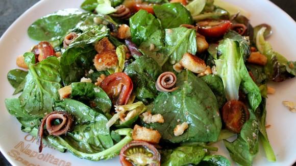 Ensalada rica en calcio (de espinacas, cherry caramelizado, picatostes de ajo, anchoas y vinagreta de pistachos)