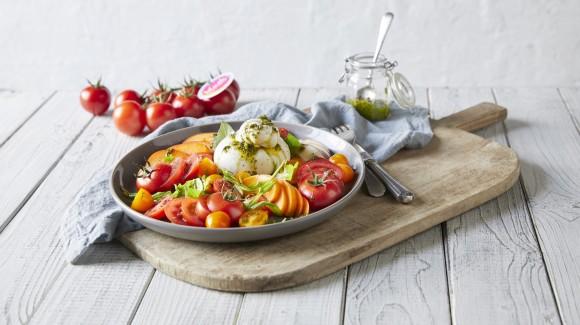 Zomerse tomatensalade met nectarines en abrikozen