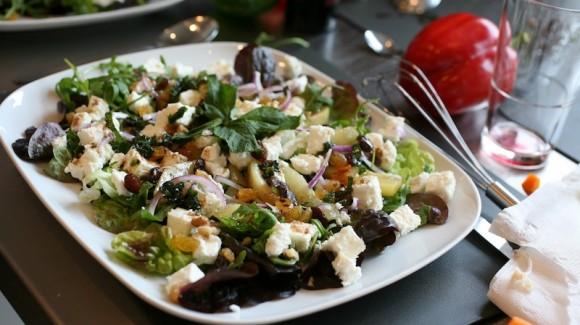 Salade met gekarameliseerde peer en geitenkaas