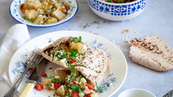 Geroosterde koolrabi in een pita met Israëlische salade