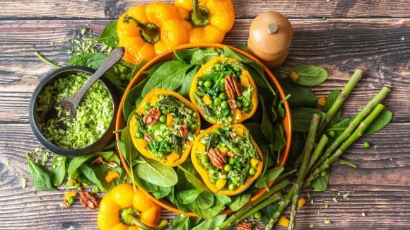 Gevulde paprika met broccolirijst en voorjaarsgroenten