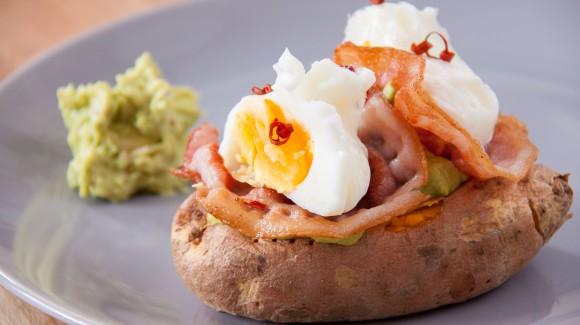 Gevulde zoete aardappel met gepocheerd ei
