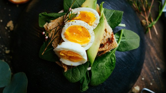 Salad sandwich with spinach, avocado and hummus