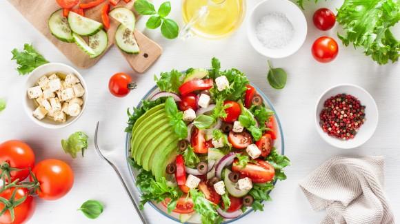 Griechischer Salat mit Avocado