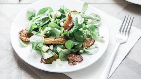 Salat von mariniertem Shiitaki-Pilzen und Feldsalat