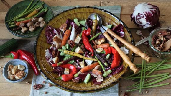 Vegan leftover salade met kruiden croutons