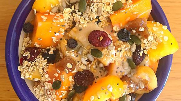 Bol de frutas de temporada con yogur vegetal y semillas