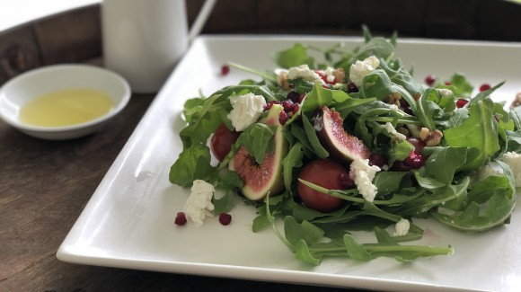 Fig salad with goat cheese, rocket and pomegranate