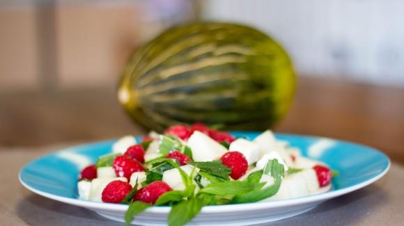 Piel de Sapo-Melone mit Himbeeren, Minze und Feta