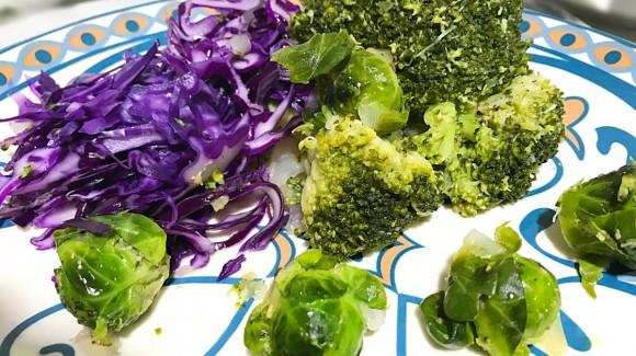 Salteado de brócoli y coles de Bruselas con lombarda