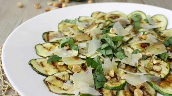 Zucchinisalat mit Haselnüssen, Basilikum und Parmesan