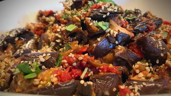 Berenjenas asadas con fritada de tomate y pimiento