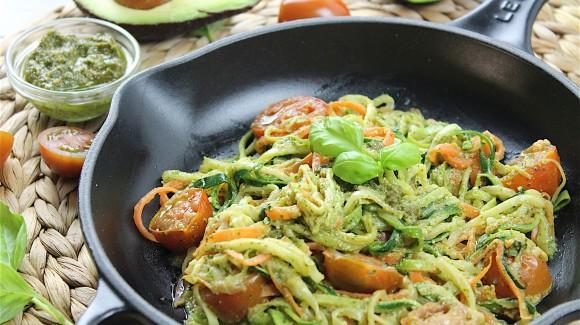 Espaguetis de verdura con pesto y tomates cherry