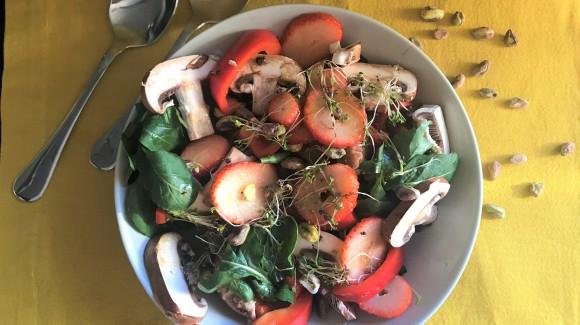 Ensalada de espinacas, fresas, champiñones, pimiento, germinados y pistachos