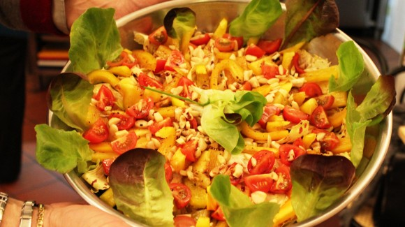 Salad with sweet pepper, chicory, almonds