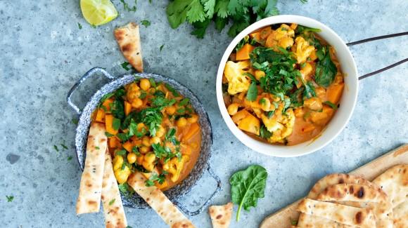 Indiase zoete aardappel curry met bloemkool, kikkererwten en spinazie