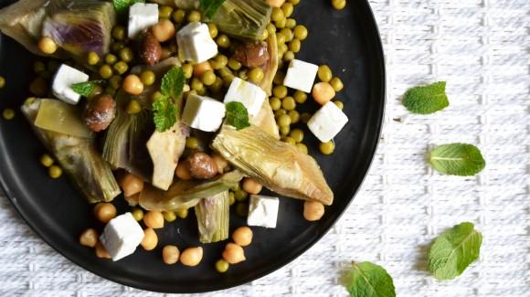 Carciofi, piselli, ceci, feta, menta ed olive taggiasche: l'insalata perfetta per Pasquetta