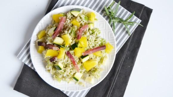 Insalata di riso integrale con verdure crude e speck