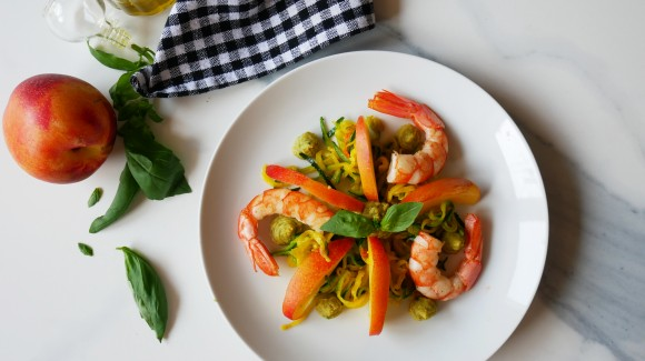 Insalata di zucchine, gamberoni e pesche