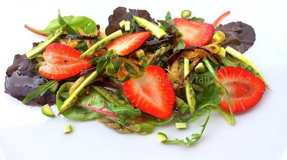 Misticanza con asparagi, fragole e peperone crusco