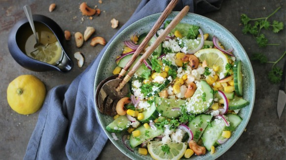 Komkommersalade met feta, maïskorrels en cashewnoten